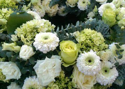 blumenkranz-trauerkranz-weisse-gelbe-rosen-detail-friedhof-tolkewitz-blumengeschaeft-boehme