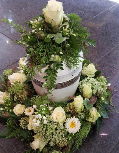 blumenschmuck-urne-weiss-trauergesteck-beerdigung-blumenhalle-boehme-tolkewitz