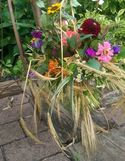 floristik-sommer-blumen-ensemble-gestecke-raumdeko-blumenladen-boehme