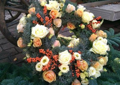 gelbe-rosa-rosen-trauerkranz-beerdigung-friedhof-tolkewitz-blumengeschaeft-boehme