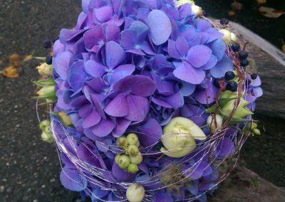 hochzeitstrauss-blumenkugel-hochzeitsblumen-violett-hochzeitsfest-blumenhalle-boehme