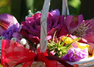 hochzeitstrauss-hochzeitsblumen-streublumen-blumenkorb-hochzeitsfest-blumenhalle-boehme