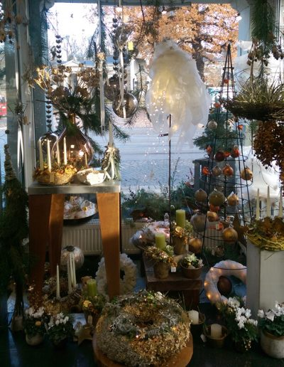 ladendeko-weihnachtsdeko-weihnachtsgeschenke-blumenladen-boehme