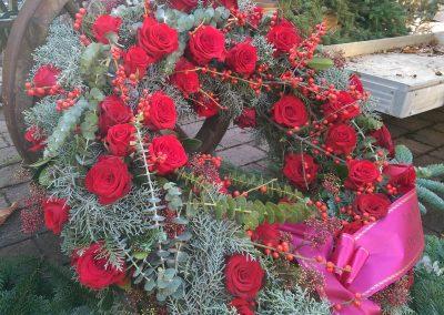 roter-rosen-kranz-mit-schleife-beerdigung-friedhof-tolkewitz-blumengeschaeft-boehme