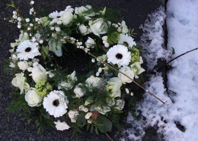 trauerschmuck-trauerkranz-beerdigung-winter-schnee-blumengeschaeft-boehme-friedhof-tolkewitz